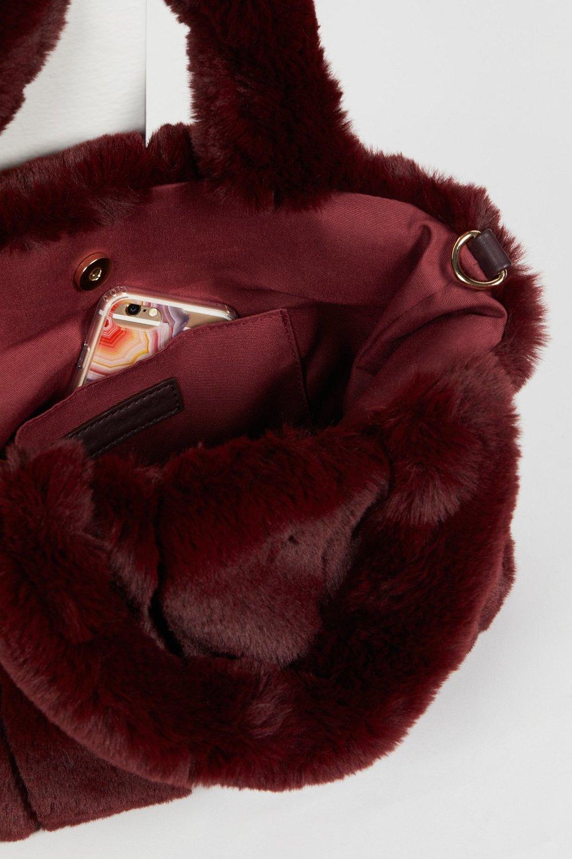 red-accessories-capsule-wardrobe