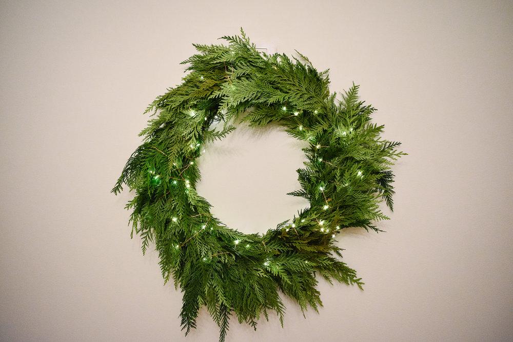 Minimalist Christmas Decorations: Twinkling wreath
