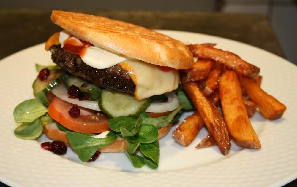 Burger med håndskårne pommes frites.jpg