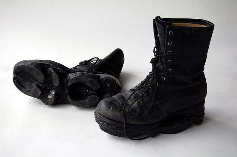 Canadian designer Maskull Lassere created a series of shoes with which you can make animal footprints in the snow.