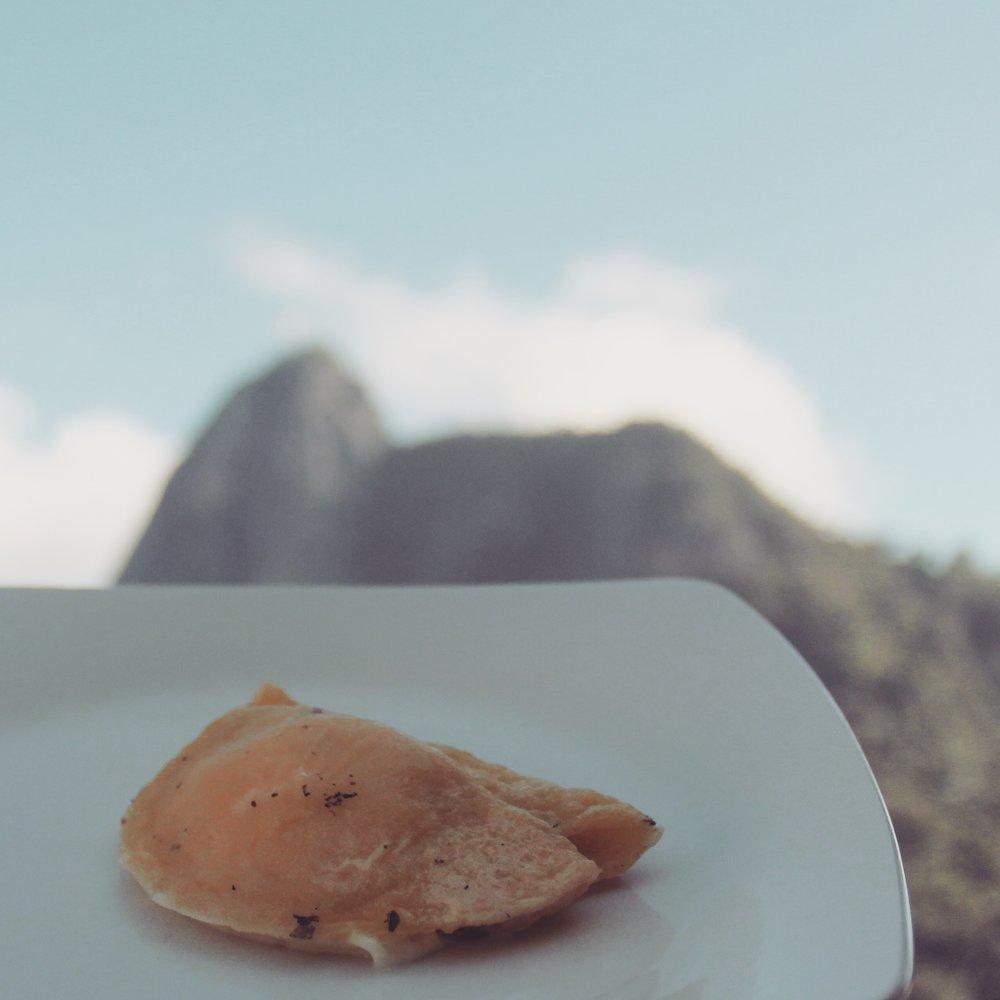 crepioca com queijinho branco.  ingredientes:Goma de tapioca, queijo minas fresco, clara de ovo, gema de ovo, sal rosa e orégano.