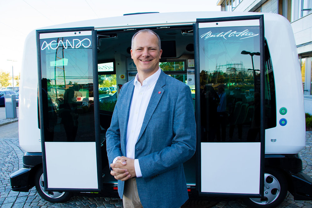 Norwegian Minister of Transport Ketil Solvik-Olsen in front of a self-driving bus  Photo: Tor Midtbø/SD