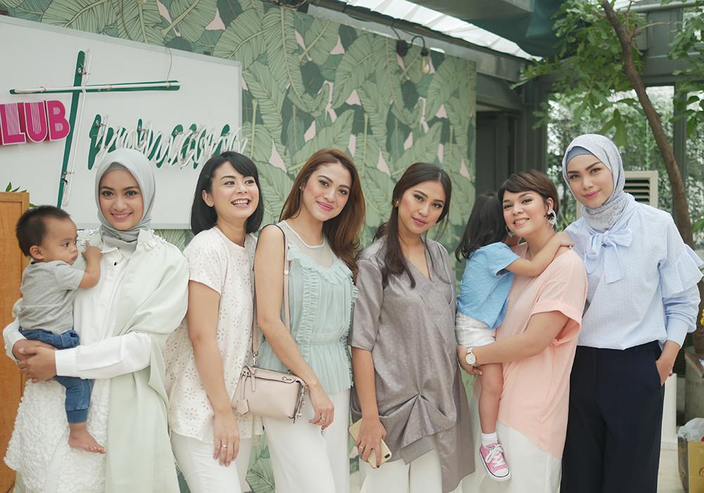 Bersama para ibu inspiratif yang juga hadir di acara Blue Band. Ada Ayudia Bing Slamet, Andra Alodita, Cynthia Riza, Tyna Kanna Mirdad dan Fifi Alfianto, plus Sekala dan Snow (yang lagi nggak  mood  difoto).