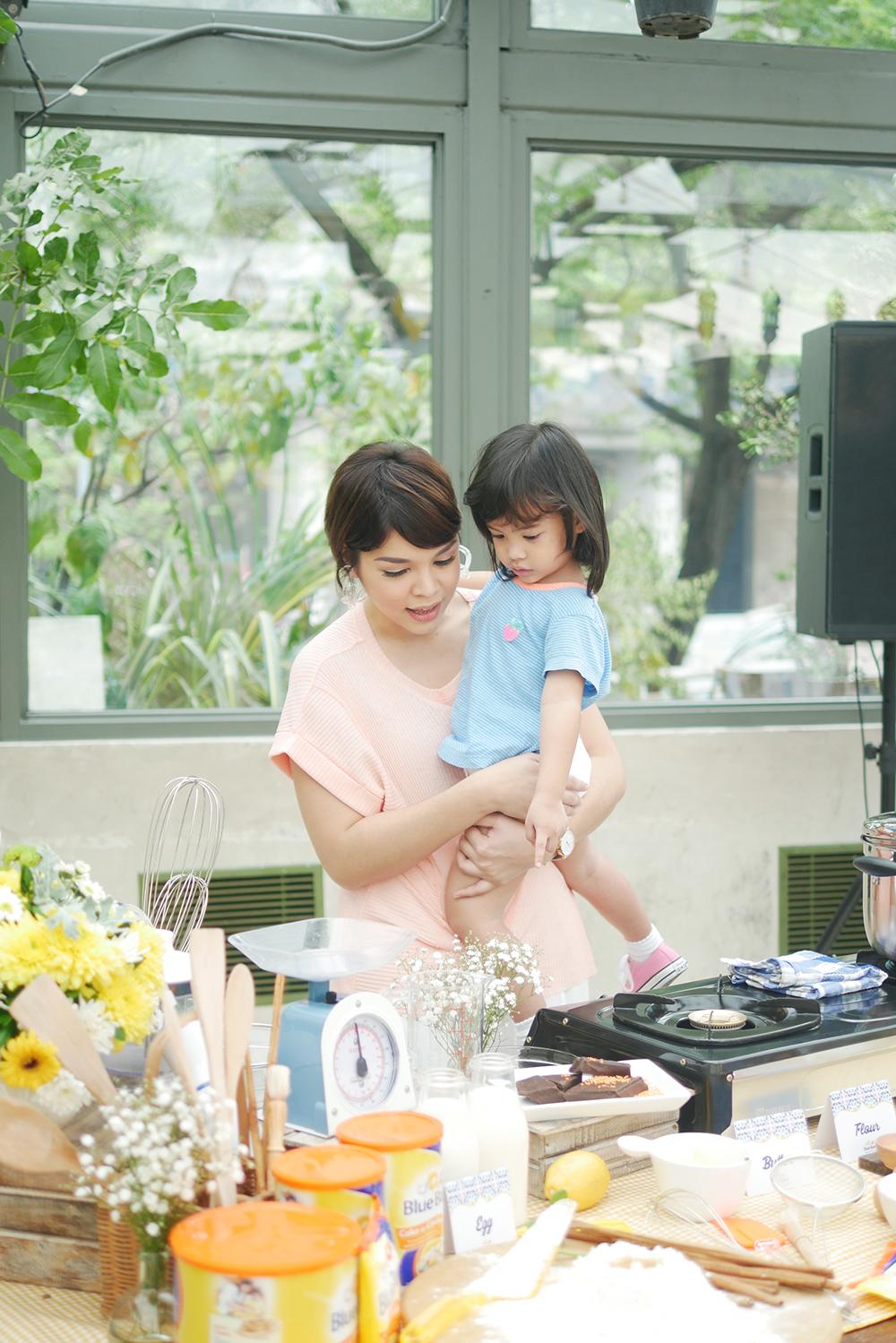 Snow sibuk tanya-tanya, ini apa, itu apa. Anaknya senang banget lihat printilan masak-memasak di acara  baking workshop.