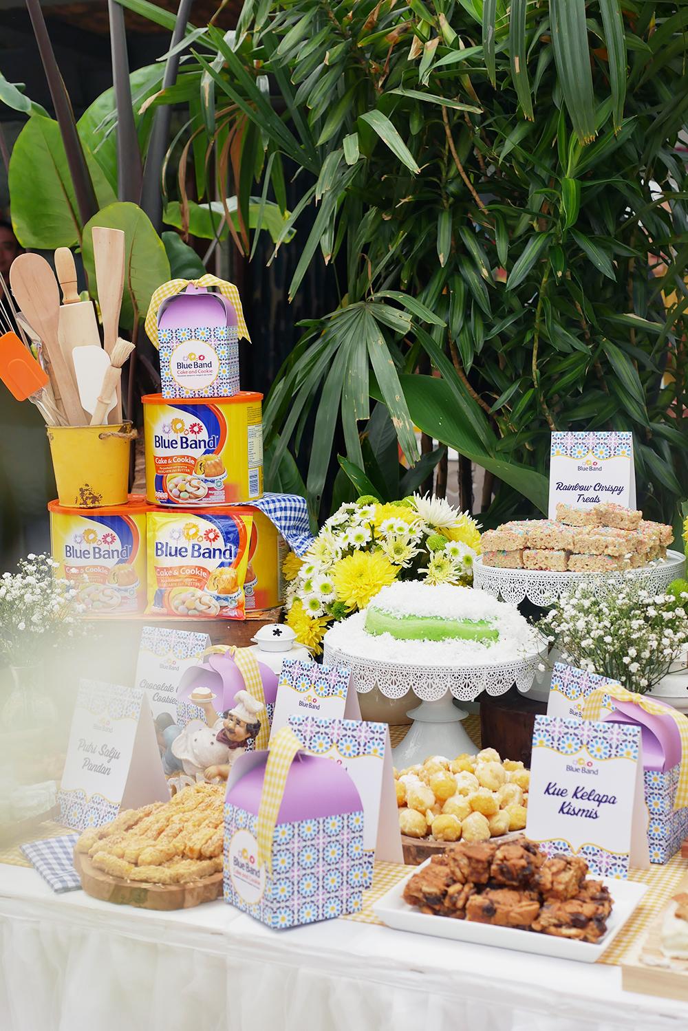 The glorious cookies and cakes display at the event. Di akhir acara, semua kue ini boleh dibawa pulang oleh semua peserta  workshop , lho!
