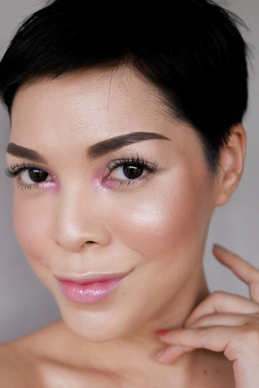 Makeup look  ini menggunakan Sorcha Highlighter Wild Rose.