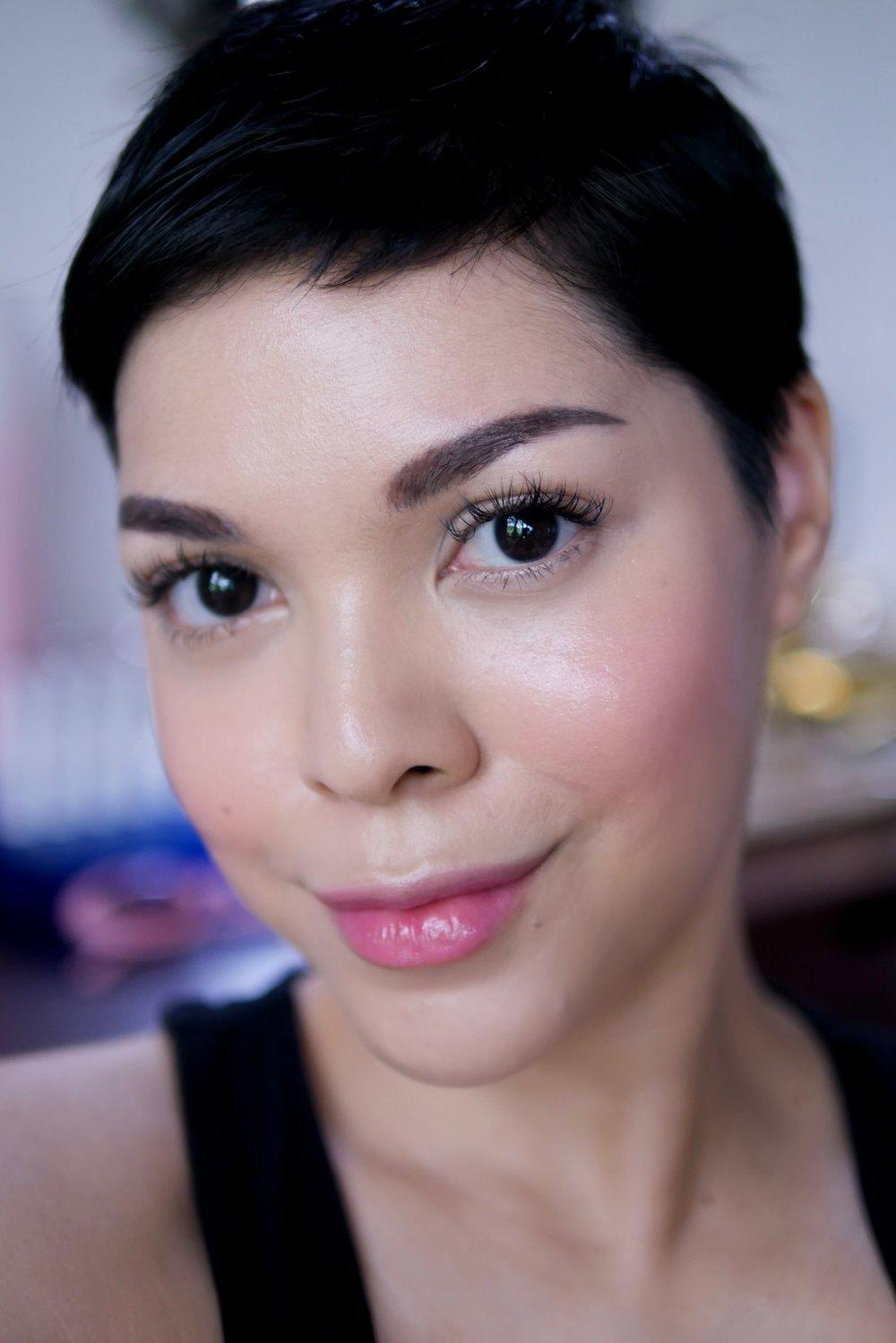 Menggunakan  Colour Adapt Lip & Cheek Sheer  shade  Blossom  pada pipi dan bibir.