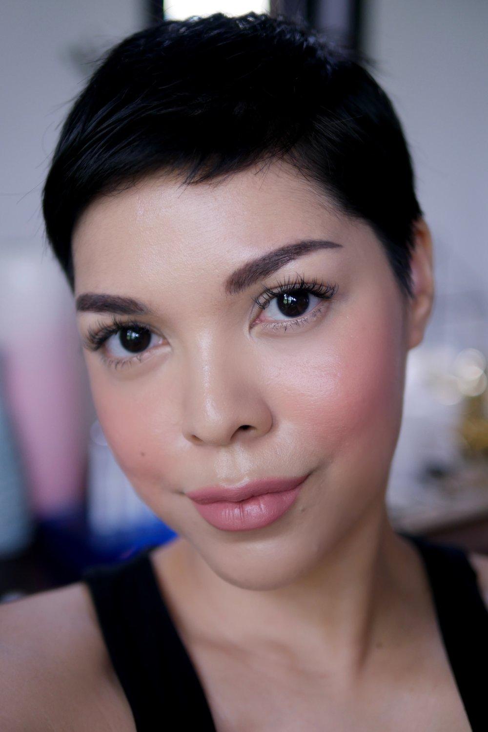 Pipi dan bibir menggunakan  Trope Velvet Matte Lipstick   shade   No.01 Innate .
