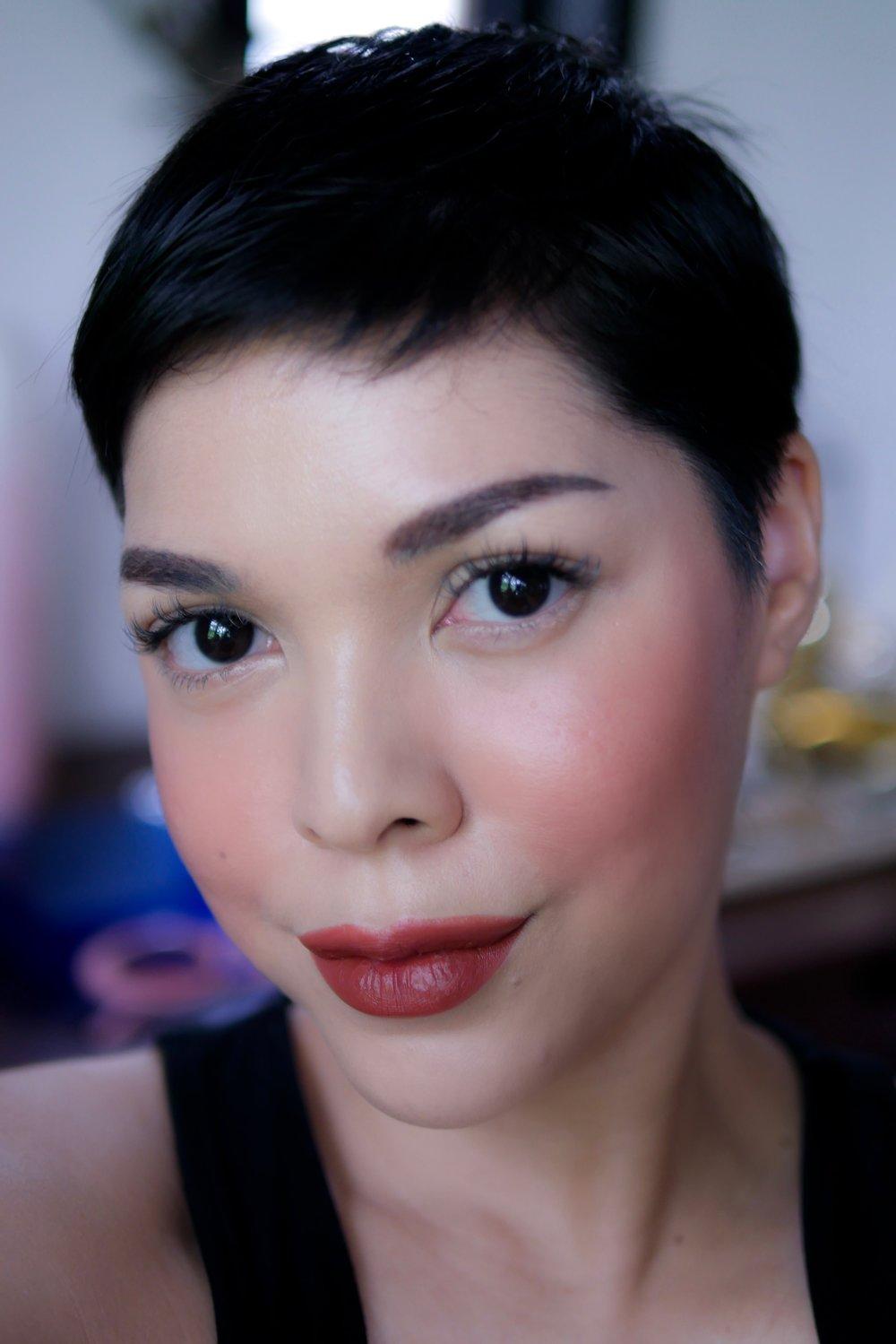 Pipi dan bibir menggunakan  Trope Velvet Matte Lipstick   shade   No.06 Rosewood .