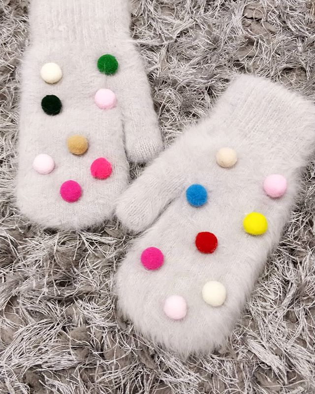 POM POMS ARE COOL AND THEY MAKE YOU HAPPY 🎈🌞☺️! Shop our oh so cute, oh so quirky pom pom gloves now - perfect as a winter treat ⛄❄️. More cuteness and gloves on Superpeach.co.uk 😘.