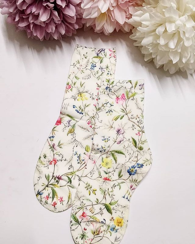 Dreamy floral socks are a must 🌷🌸🌹🌺! Click to shop 🥰 - free shipping over £20 🎉🎈!