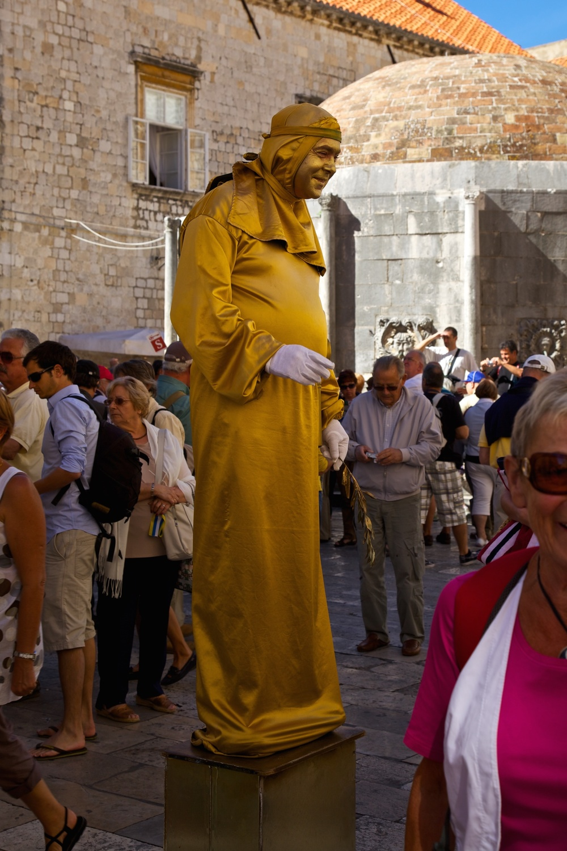 A white-gloved statue facing apparent public disinterest.