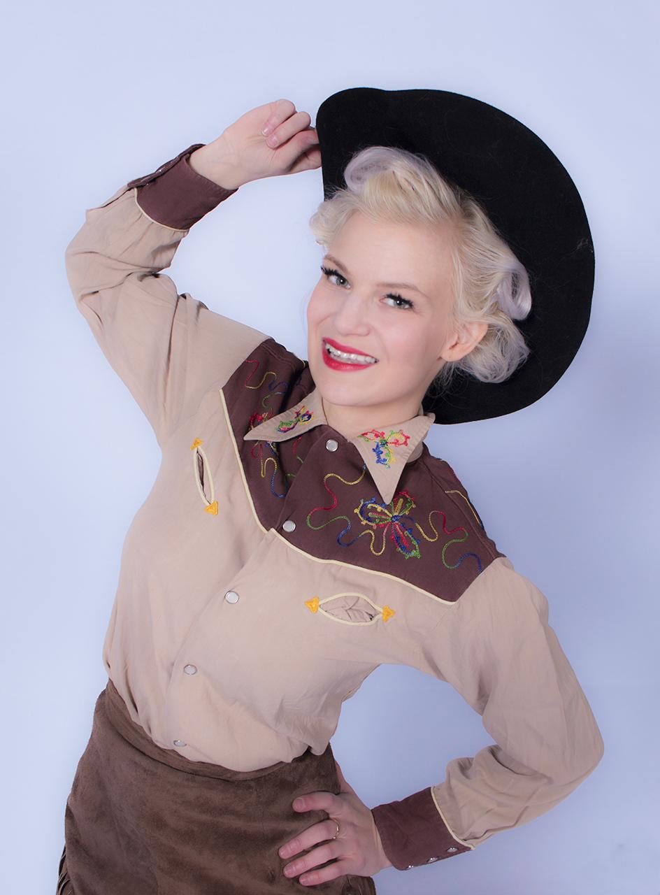 """Cherry Nancy Tinkerbella  President AJP Photography  Cherry on ympäri maailmaa julkaistu Liikuntarajoitteinen pinupmalli, sekä muusikko. Hän laulaa aktiivisesti kahdessa eri kokoonpanossa; harmonia lauluyhtyeessä Three Decadesissa, sekäRockabillybändissä Tinkerbella & Whistlin Wolves:issa. Niiden lisäksi hän tekee myös muutamia sivuprojekteja mm. Pyörätuoli Marilyn keikkoja. Pyörätuolissa Cherry onkin ihan oikeassa päivittäisessäelämässään myös. Cherryn sydäntä lähellä on erityisesti Cowgirlpinup. Hän myös opettaa lännenratsastusta ja luonnollisia hevosmiestaitoja kahdella hevosellaan. Cherry on voittanut Miss Pin up kilpailun 2018,se on ainoa pinup kisa johon hän on osallistunut. Hänet myös äänestettiin vuoden 2017 Surinasussuksi kun hän osalistui Vintage invamopedillaan Mopo Karnevaaleille. Hän myös pitää kruisailusta avopuolisonsa Ford Thunderbirdin kyydissä.Cherryn olet myös voinut bongata tv:stä Rockabilly bändinsä kanssa Classic jäätelömainoksesta , tai The xfactor kilpailusta, jossa Three Decades sijoittui 4:n parhaan bändin pariin.Cherry on ammatiltaan nuorisoohjaaja, lisäksi hän toimii nuoren äidin tukiaikuisena. Hän toimii myös sijaiskotina kodittomille eläimille. Cherry käy myö pitämässä luentoja positiivisen asenteen vaikutuksesta kipuun, sekä tsemppaa kipusiskoja ja veljiä. Cherry tietää mistä puhuu, sillä hän itse sairastaa useampaa kipusairautta.  Cherry is internationally published, disabled pinup model and singer-songwriter. Singing with two groups, Three Decades, a harmony singing group and her Rockabilly band, Tinkerbella and Whistlin Wolves. Cherry has also appeared on television with both bands! She was in Classic icecream commercial with her rockabilly band, and also in The XFactor Finland performing with Three Decades. She loves vintage western and is truly a Cowgirl Pinup, teaching western riding and natural horsemanship with her two horses. When she is not riding horses you can find her her performing as a """"wheelchair Marilyn"""". Its not just """