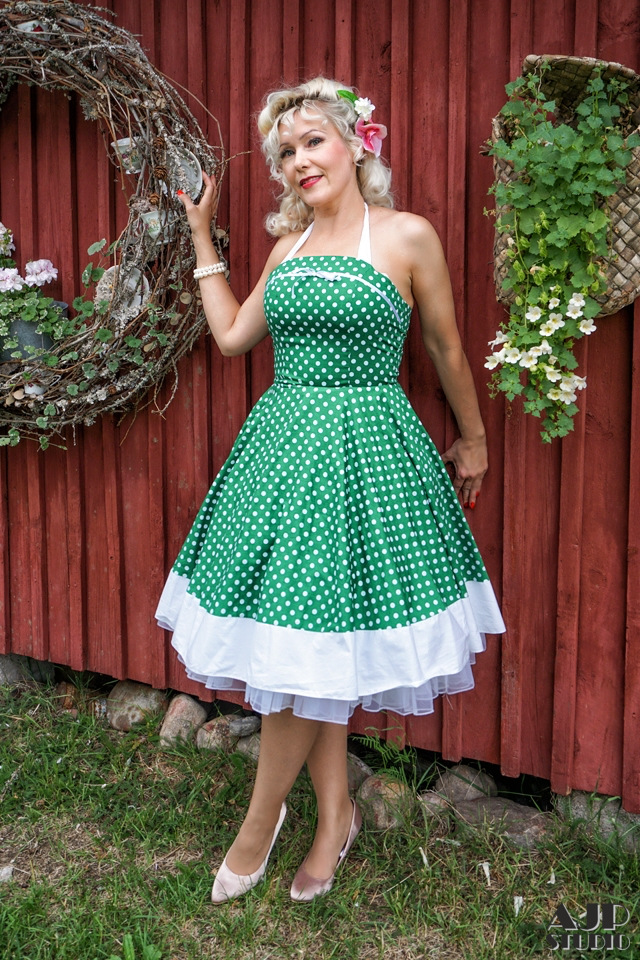 Kitty M  AJP Photography  Pinup valtasi sydämeni n. 4 vuotta sitten.Nuoruudesta lähtien olen ihaillut suuresti idoliani Marilyn Monroeta sekä Jane Mansfieldiä, unohmatta amerikan rautoja, sellaisen haluan joskus itselleni.  Pinup captured my heart about 4 years ago, from there I have faced so many good things from pinup and it has opened so many new doors to my life, which I only can dreamed on before <3.I have always admired, my big idol Marilyn Monroe, as well as Jane Mansfield and old american cars, which I wanna have someday!