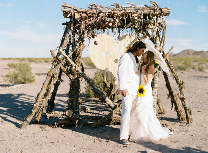 las vegas simple desert outdoor ceremony wedding photographer