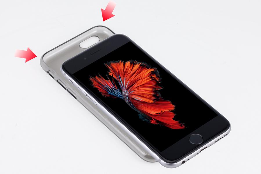 1. 먼저 제품의 윗 부분을 아이폰에 체결합니다.