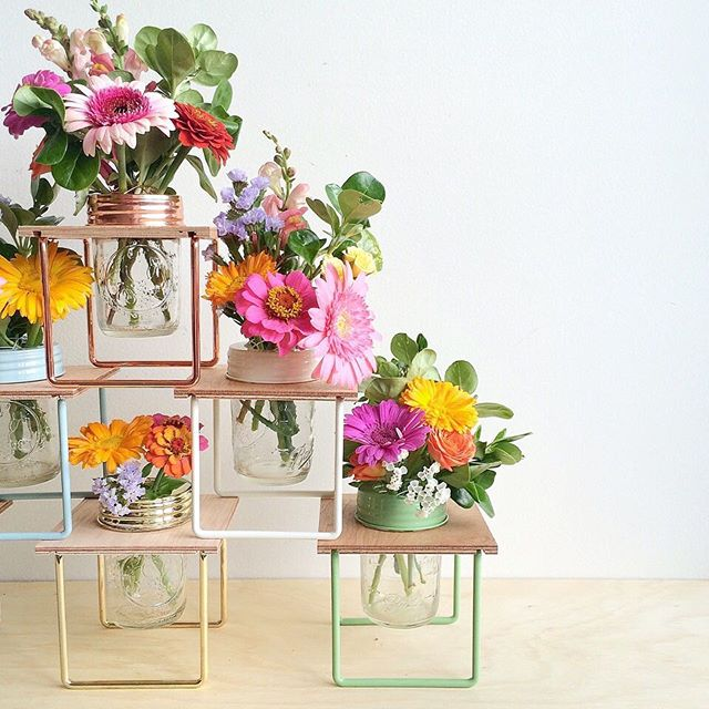 Hello to these gorgeous flower frames by @rainy_sunday_ ! Available in 8 colours including copper and brass, they hold a ball mason jar, perfect for flower arranging. Image courtesy of @flauntermedia_ #exclusivelymum #rainysunday #flowers #blooms #flowerarrangement #interiors #homedecor #homestyling