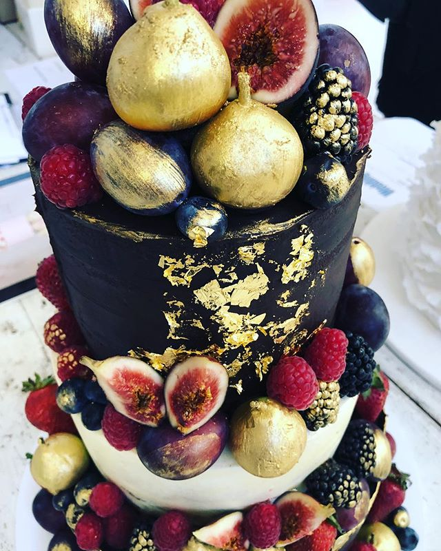 Gold details from a few weeks ago . . . . . #baking #bakesbyjean #beautifulcuisines #cake #cakeoftheday #cakeguide #dessert #f52grams #homemade #instacake #matchboxmoment #pastrychef  #sweetmagazine  #bakeandshare #thebakefeed #pastrydelights #wedding #weddingcake #gold