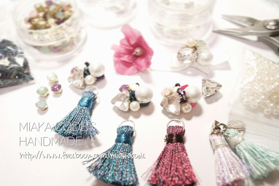 MIAKA CODE ( FB: miakacode / IG: @miakacode ) 瘋狂like流蘇、珍珠同Colorful嘅你,來吧!檔主設計嘅『Handmade想做的』手工飾品,都以呢三個原素為主,樣樣精緻!全DIY之外,仲可以度身訂做添!