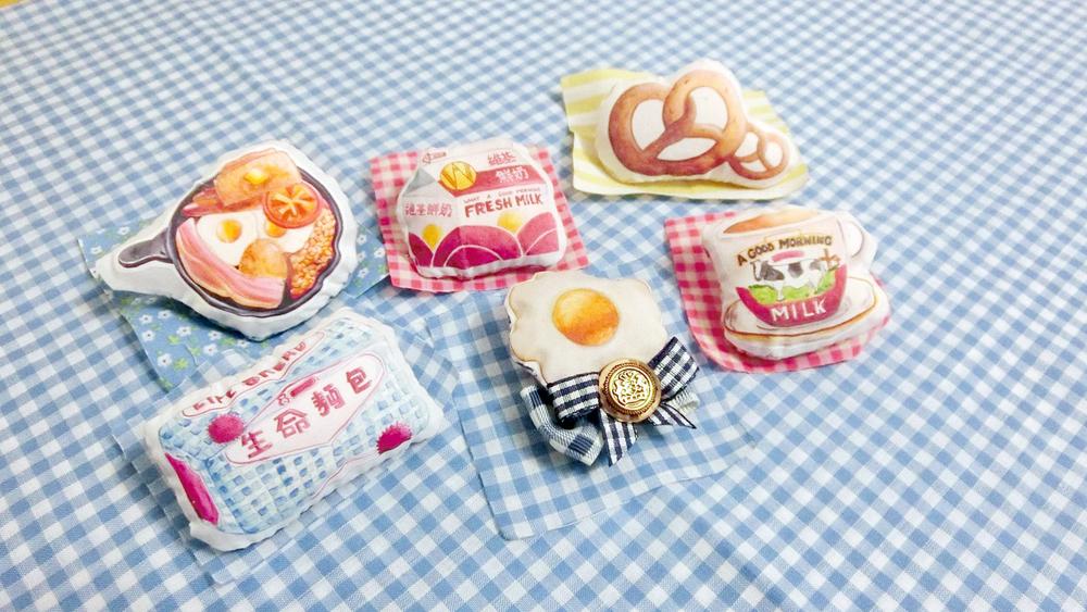 早安少女 Girl of A Good Morning  以「morning」為主題,手繪創作出各款手工製品,包括︰手繪熨畫布袋、軟棉棉食貨長頸鏈、生命麵包圖案既布袋……每日都為你打氣提神呀!