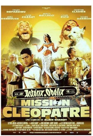 May 27, 2017 《埃及艷后的任務》 - (Asterix and Obelix, Mission Cleopatra, ©PATHE)導演: 阿蘭•夏巴故事描述埃及艷后和凱撒大帝打賭,下令3個月內建築一座皇宮,顯現埃及人的建築超人一等。建築師奴美洛比斯負責這項超乎人力的任務,於是他只得求助於祭司帕諾拉米克斯。祭司以他的神力飲料,讓所有工人精神百倍,日以繼夜的工作。但是另一位建築師安莫柏菲心存嫉妒,想盡了辦法來破壞。導演夏巴自己飾演凱撒大帝,他一方面不希望埃及艷後達成任務,但又期待與她在新王宮中相會。