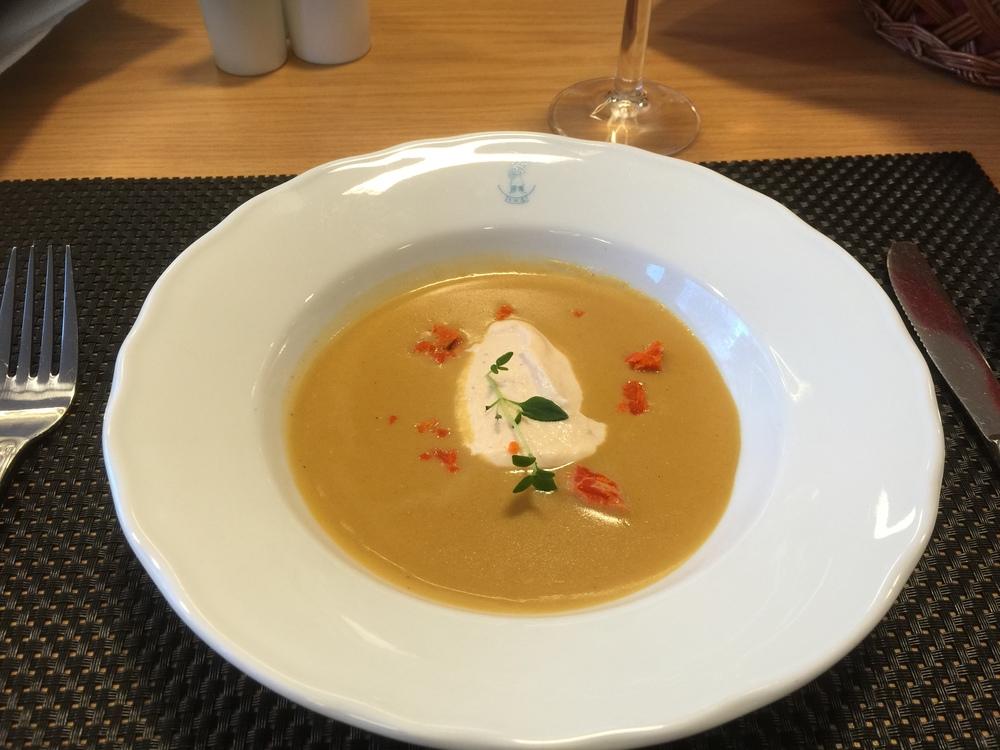 Skalldyrsuppe med krabberogn, rekemousse og aniskringle