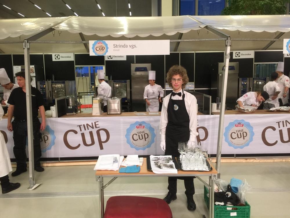 Servitør Magne har startet med forberedelsene til oppdekking og servering