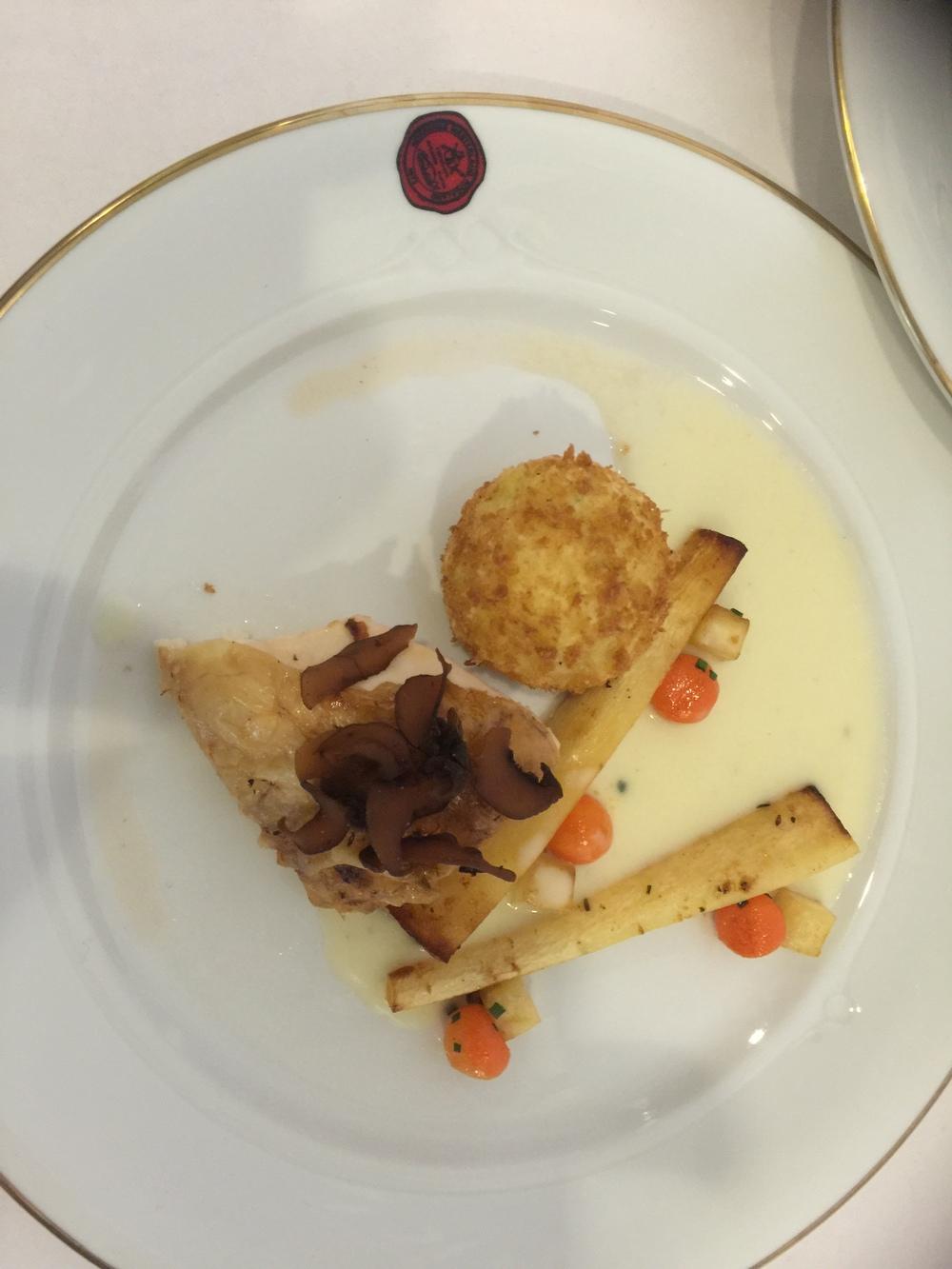 Hovedretten er posjert kyllingbryst, krokettpoteter fylt med kyllinglår, løk og sitron.