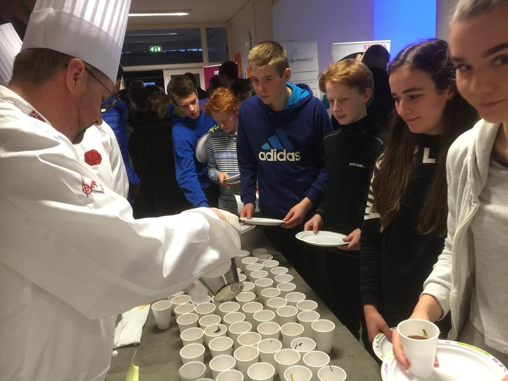 """Gøran Friberg serverer elever i """"suppe kø"""""""