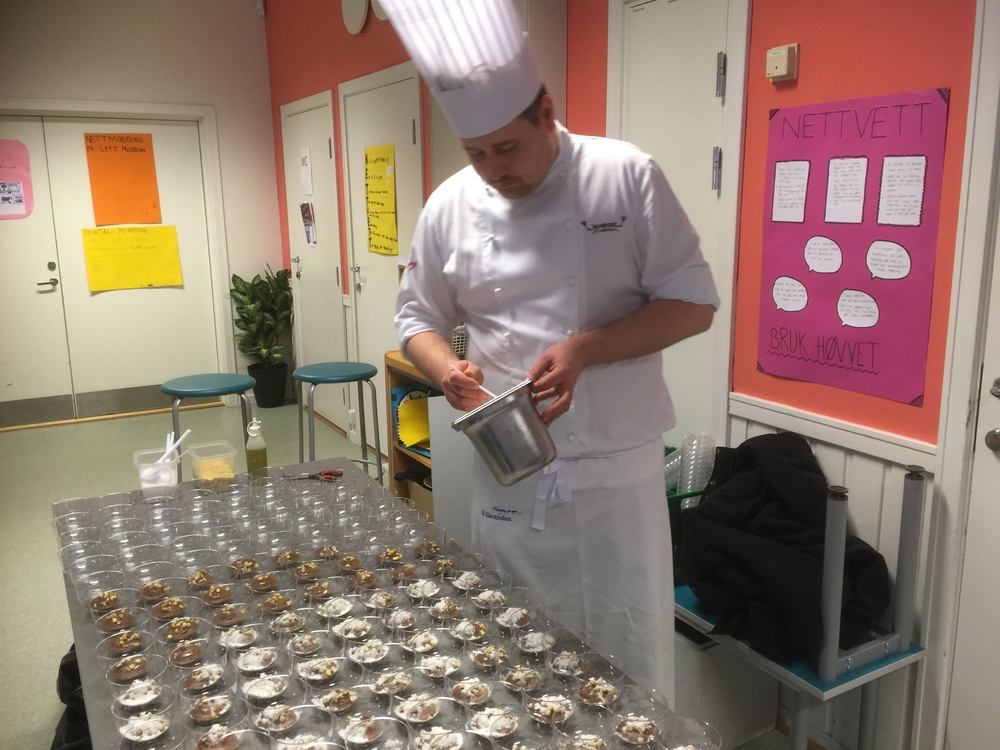 """Norsk og Nordisk mester i kokkekunst Thomas Borgan serverer kokkens svar på """"smash"""" dessert."""