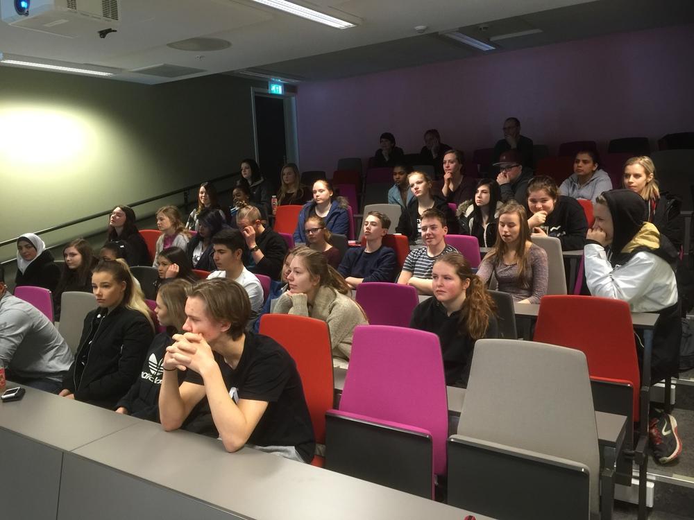 Elevene lytter interessert til det biolog Kari Helene Andresen har å si om de lokale fisk og skalldyr artene som finnes utenfor Trøndelagskysten.