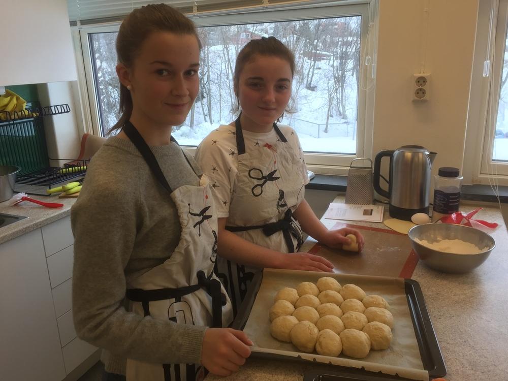 Her bakes det bryte brød med Jarlsberg og sesamfrø, som skal serveres til lunsjen.