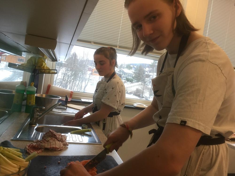 Her forberedes grillet laks med laksetartar og snøfriskkrem...