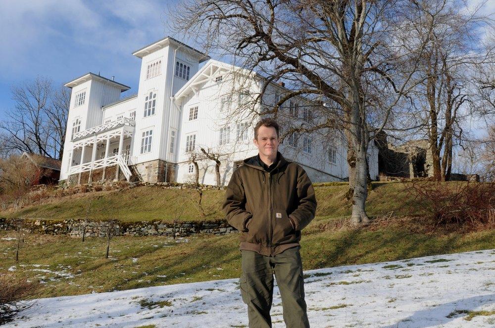 Godseier, gårdbruker og økologisk matprodusent Hans H. Horneman foran hovedhuset.
