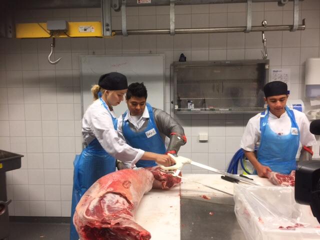 Her veileder vår tidligere elev, og som nå er lærling innenfor kjøttskjærerfaget hos Nortura en av våre Vg1 RM elever.