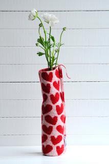 Styling Blog - Design, Interieur & Mode - Stylist Janette van Tol - Leuk voor Valentijnsdag: gebreide vaasjes met hartjes! - Website La Vie Jolie