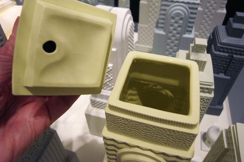 De binnenzijde van de vazen is van een glazuurlaag voorzien zodat het water in de vaas blijft.