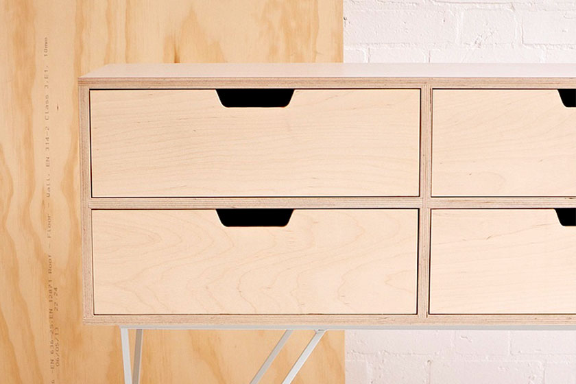 Handgemaakte Leonard Sideboard in Pale Grey van Britse Studio &New.Simpel maar elegant.