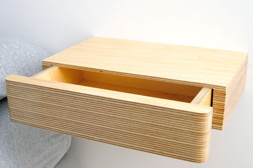 Bijzonder goed afgewerkt nachtkastje, opgebouwd uit lagen multiplex. Zo is de houtsoort ook geschikt voor de slaapkamer.