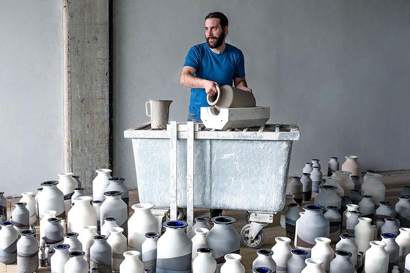Jeroen Wand met zijn Plunge vazen voor Cor Unum - Foto: Marije Kuiper