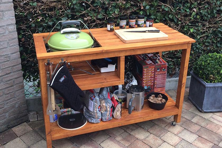 De handgemaakte tafel voor een Weber Smokey Joe barbecue.