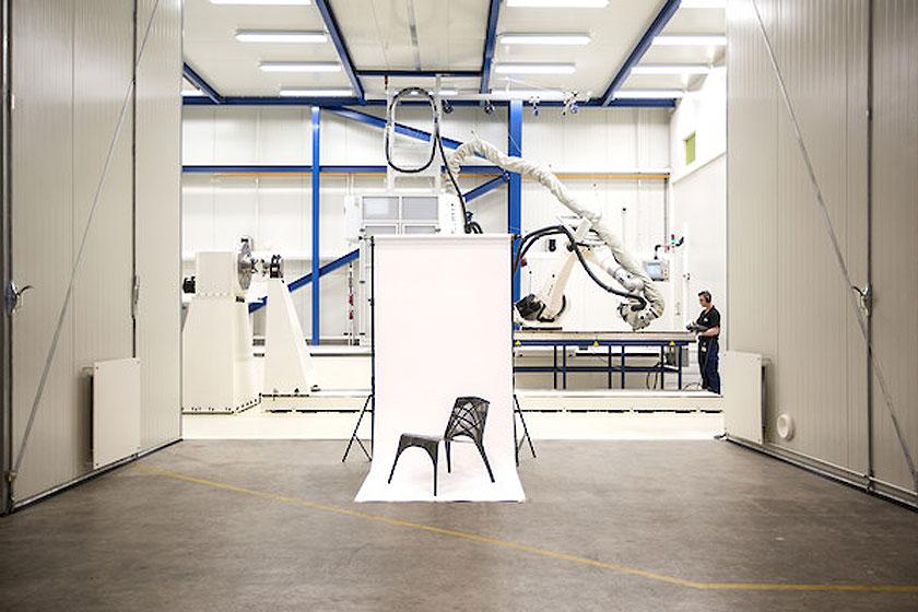 LABEL/BREED - Designer Marleen Kaptein in samenwerking met het NLR - Stoel van carbon tape 1