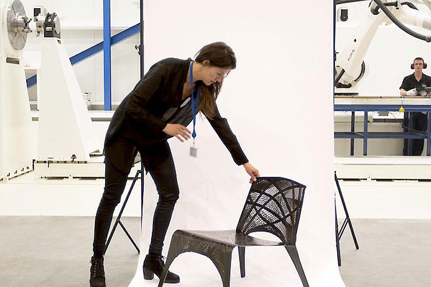 LABEL/BREED- Designer Marleen Kaptein in samenwerking met het NLR - Stoel van carbon tape 2