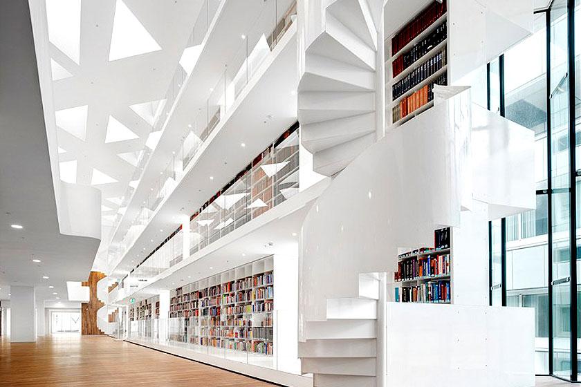 Kaan Architecten - Nieuw Onderwijs Centrum in het Rotterdams Erasmus MC -  Driehoekige dakramen, wenteltrappen en 35 meter hoge boekenkast