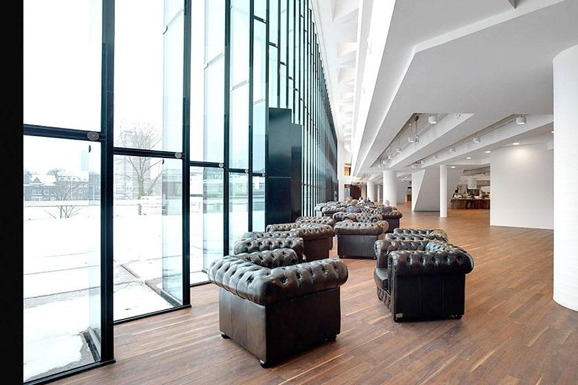 Kaan Architecten - Nieuw Onderwijs Centrum in het Rotterdams Erasmus MC -  Walnoten vloeren en veel licht.