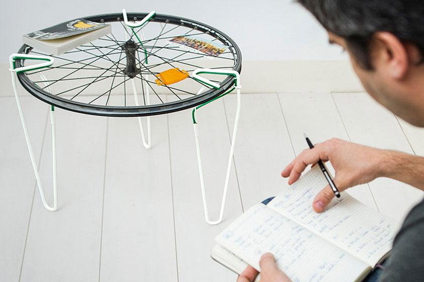 SNAP - Een losse stalen tafelpoot met elastische klem  - Tovert bijna elk voorwerp om tot tafel of bank 3