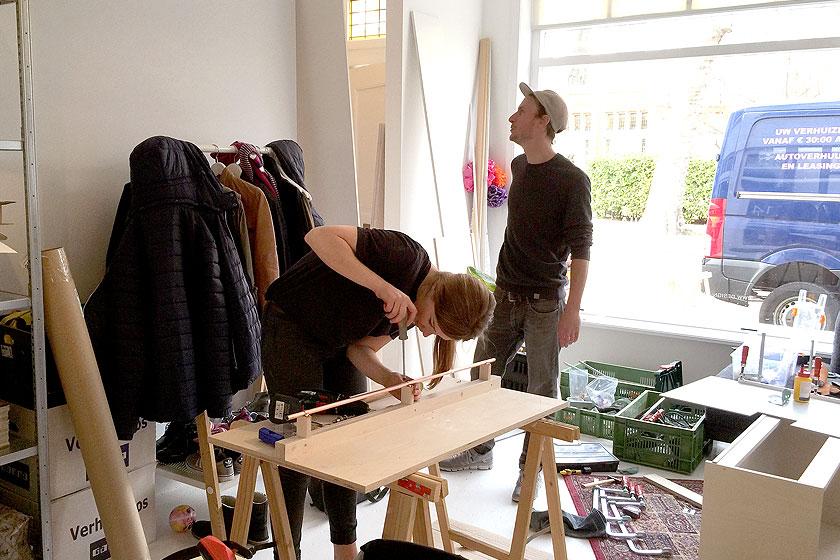 Meubelmaker Gijsbert Worst van Atelier Gsbr  t  uit Utrecht - samen met stagaire Imke aan het werk in ons kantoor thuisaan de multiplex garderobe- en meterkast bij de entree.