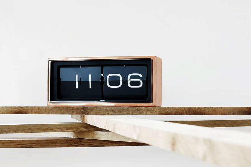 Tafelklok Brick van Leff Amsterdam is ook geschikt voor op het nachtkastje en te koop bij webshop Wonen met Lef.
