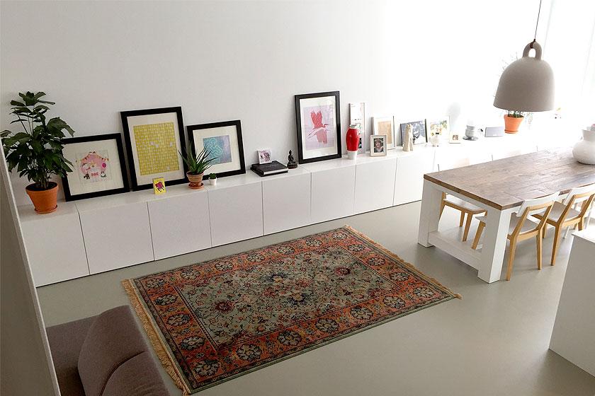 Het bij Seven Days in Delft gekochtekleed van merk Dutch Bone in onze woonkamer. De positie zijn we nog aan het bepalen.