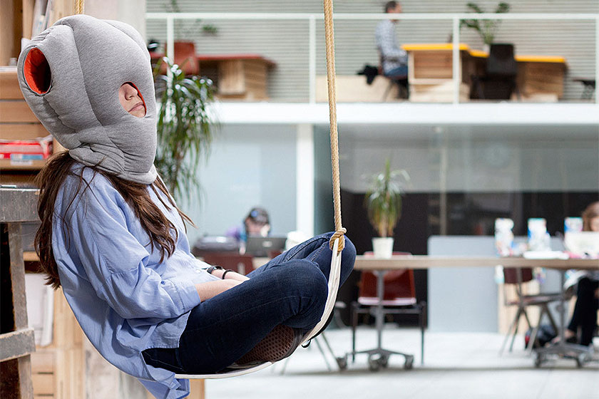 Ostrich Pillow - Een kussen voor om je hoofd. Perfect voor een powernap op kantoor.